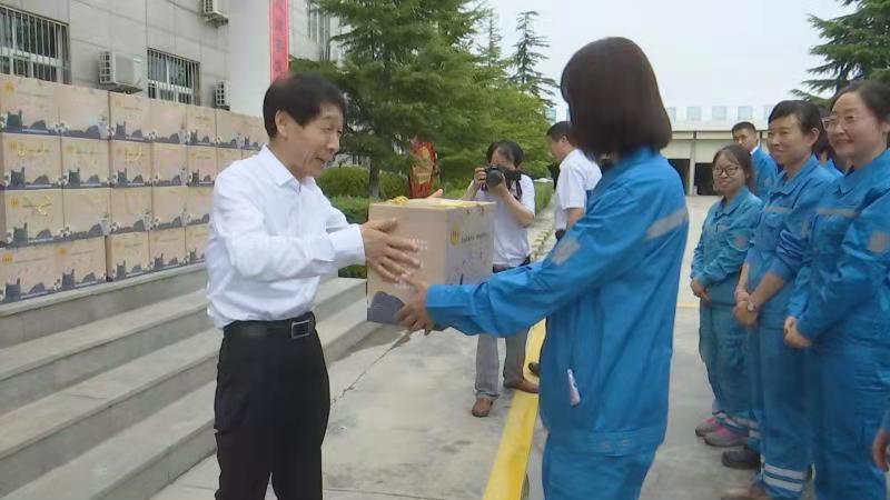 """县委书记苏少敏到企业开展""""夏送清凉""""活动"""