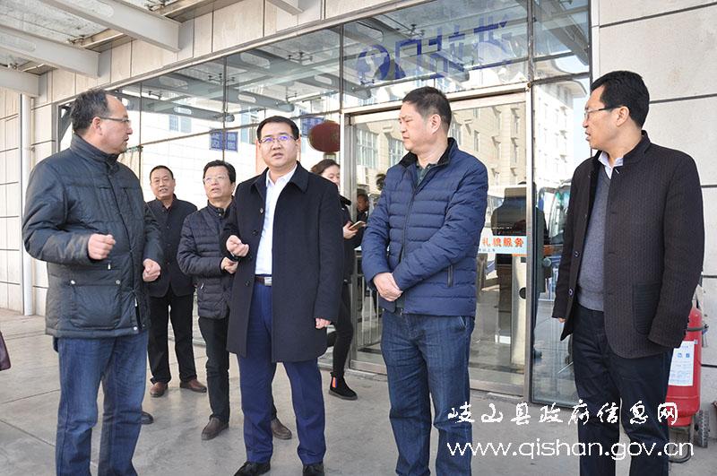在家美佳超市,客运汽车站,周公庙等处,吴维强详细询问了春节前各单位